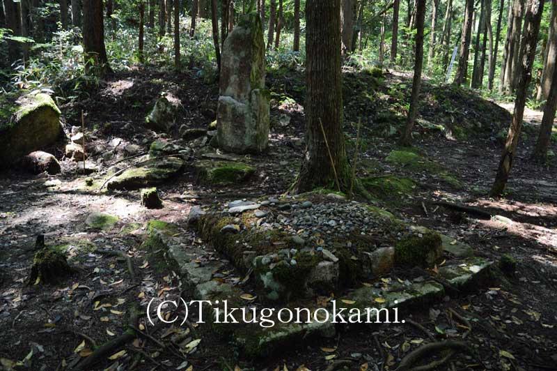 本殿跡と板碑