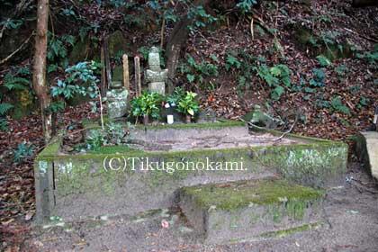 塩冶興久の墓
