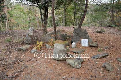 寺跡にある石