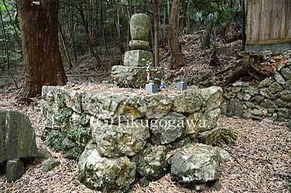 伝・源希義の墓